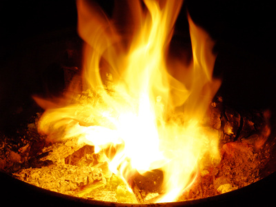 brennendes Feuer in einer Feuerschale