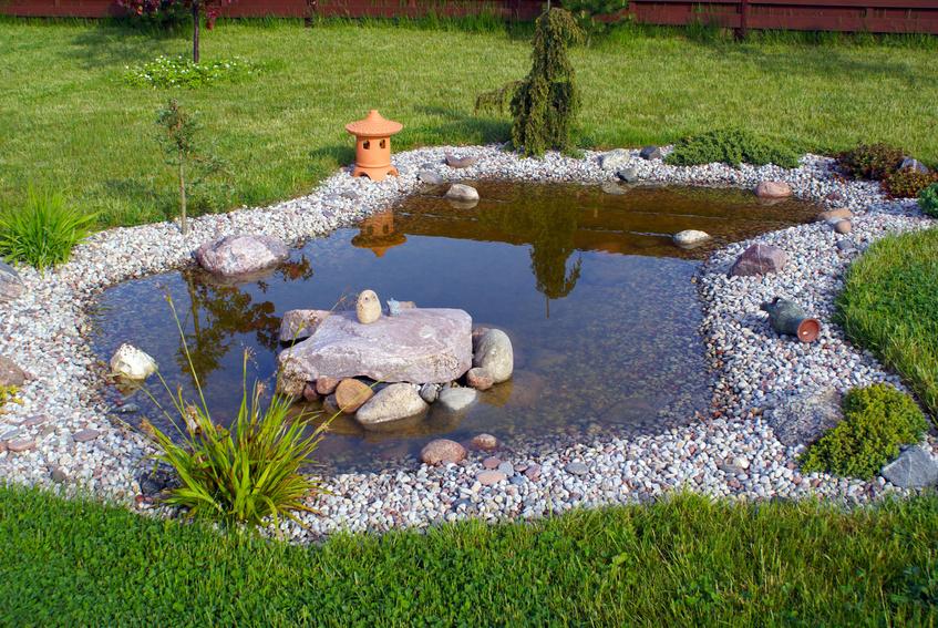 Angelegter Garten mit Steinen an Rasen