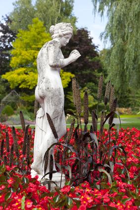 Exotische Gartengestaltung mit Marmorobjekten