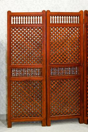 Paravent aus Holz als Sichtschutz für den Balkon