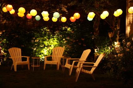 Leuchtobjekt Lampion im Garten mit Sitzecke