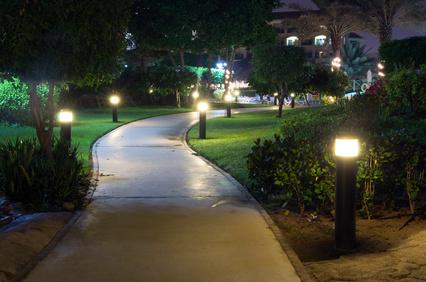 Dekoratische Gartenleuchten am Gehweg
