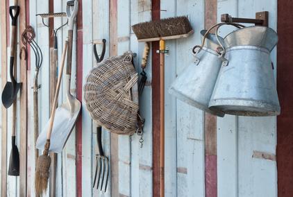 Gartenwerkzeug an der Wand haengend