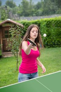 Junge Frau spielt Tischtennis