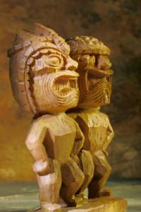 Zwei Tiki-Statuen
