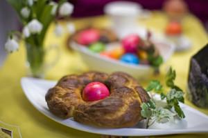 Hefegebäck dekoriert mit farbigem Osterei