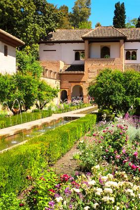 Garten im orientalischem Stil vor einem Steinhaus
