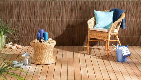 Terrasse mit stilvoller Sichtschutzverkleidung aus Naturmatten