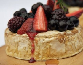 Brie mit Beeren auf einem Zederngrett