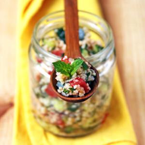 Bunter Couscous-Salat auf einem Holzlöffel