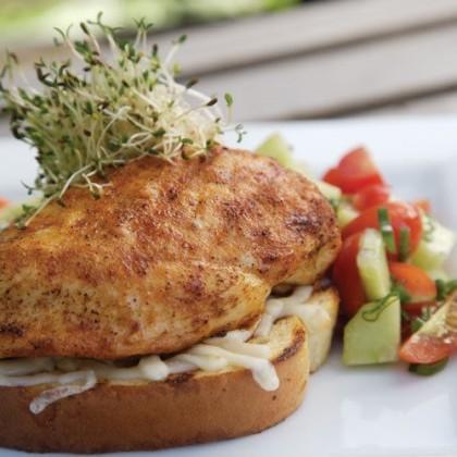 Hähnchenbrust auf Brot und Salsa