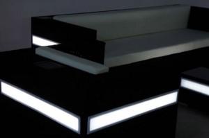 Sitzgruppe mit solarbetriebener LED-Beleuchtung