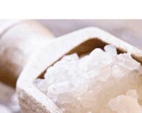 Grobkörniges Salz auf einem Holzlöffel