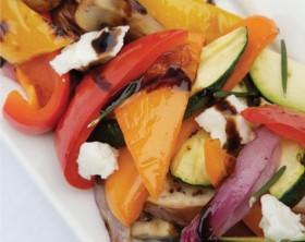 Salat aus gegrillter Paprikaschote, Zucchini, Zwiebeln und Pilzen