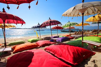 Bunte Schirme im asiatischen Stil an einem Strand