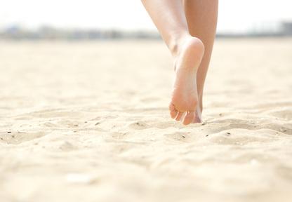 Füße auf feinem Strandsand