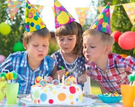 Kinder pusten Kerzen aus