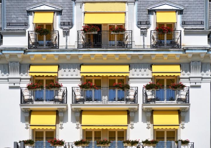 Luxushotel mit gelben Markisen
