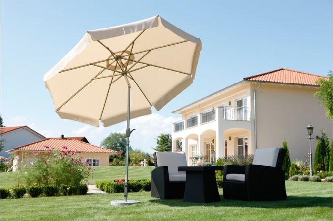 Gelber Sonnenschirm mit Knickautomatik neben einer Sitzgruppe