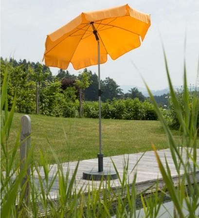 Orangefarbener Sonnenschirm
