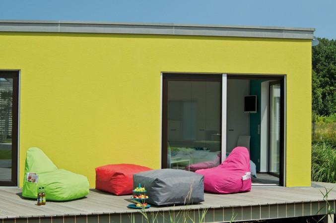 Bunte Sitzsäcke auf einer sonnigen Terrasse