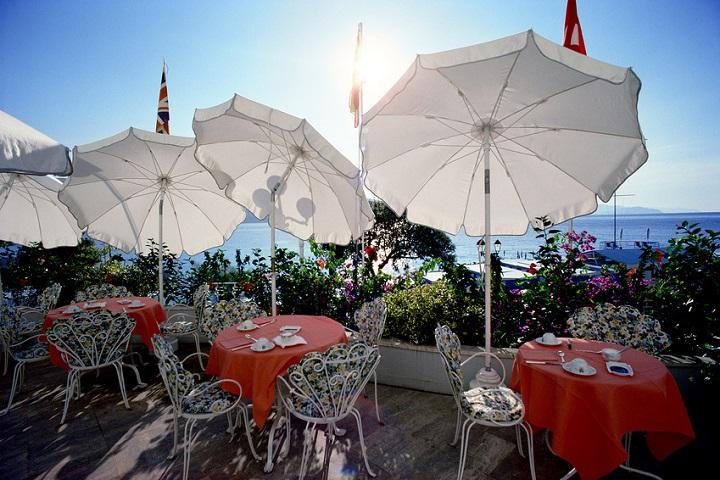 Weiße Sonnenschirme in einem romantischen Straßencafé