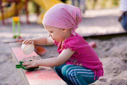 Kleines Mädchen im Sandkasten