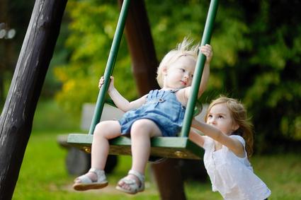 Geschwisterkinder beim Schaukeln